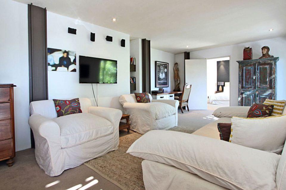 17 Geneva Lower - Living area & TV