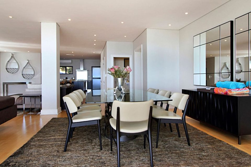 Medburn Views Penthouse - Dining area