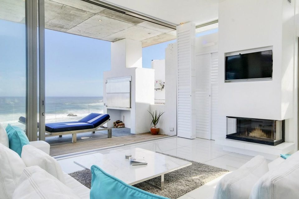 15 Views Penthouse - Living area & balcony