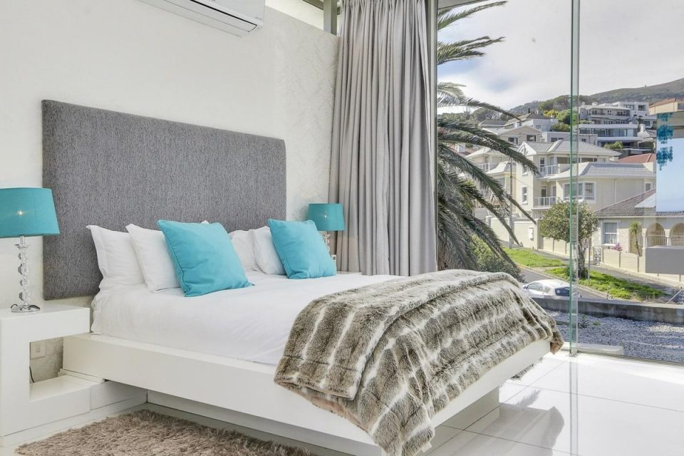 15 Views Penthouse - Bedroom with king sized bed