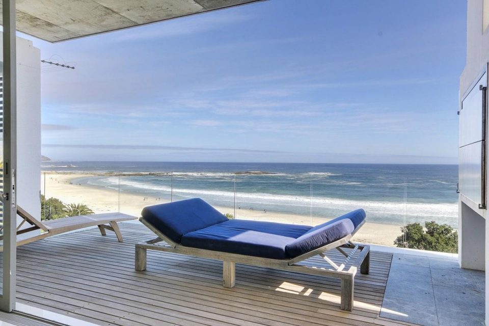 15 Views Penthouse - Balcony with recliner lying bed & ocean view