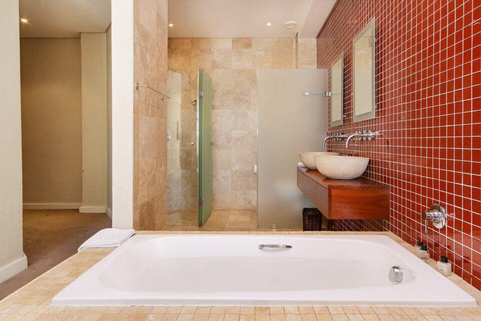 100 Geneva - En-suite to fourth bedroom