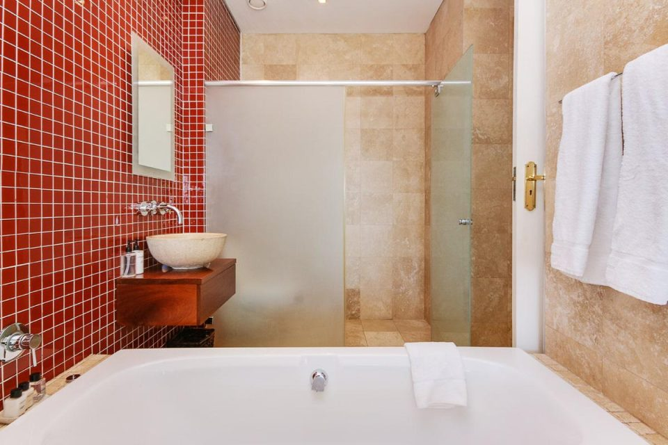 100 Geneva - En-suite to third bedroom