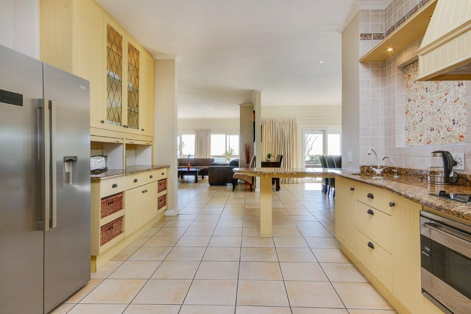100 Geneva - Kitchen & living area