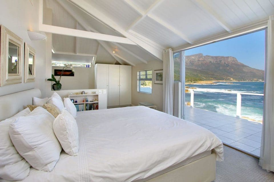 48 Brook - Master bedroom with sea view