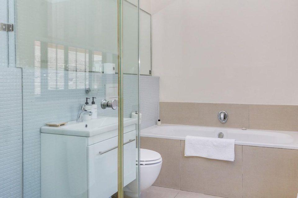 Jumeirah Blue - En-suite to second bedroom