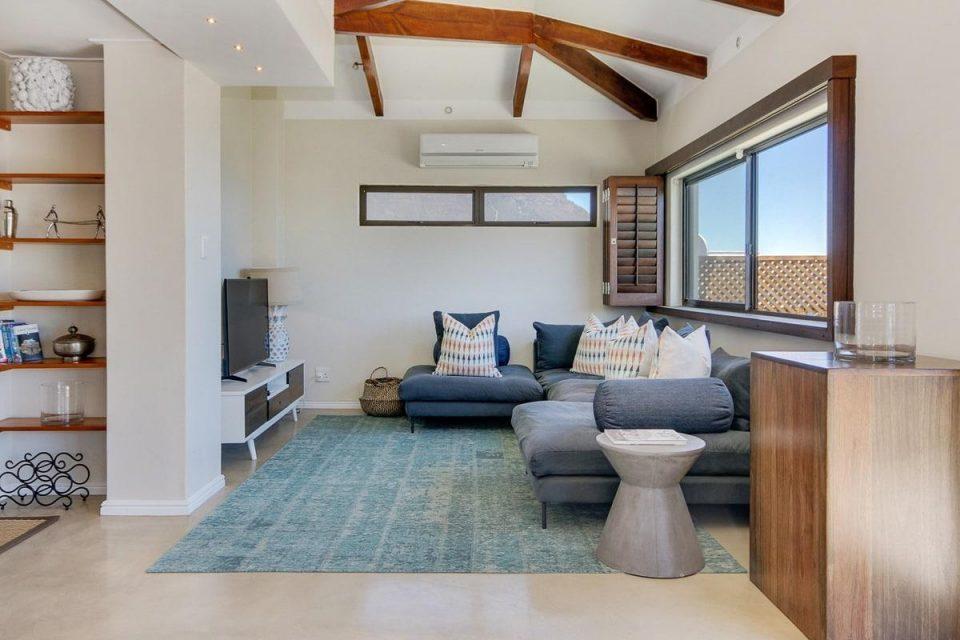 Jumeirah Blue - Upstairs living area