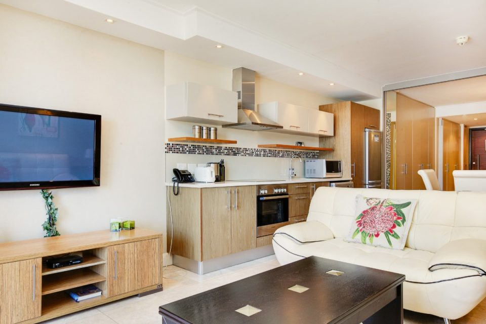 Canal Quays 403 - TV and kitchen