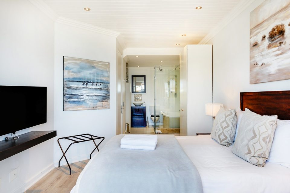 Seasonsfind The Bay - Master bedroom & en-suite