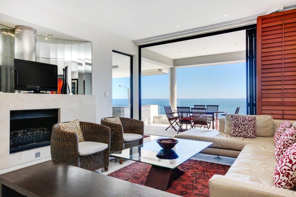 Bali Luxury Suite E - Living area & TV & Fireplace
