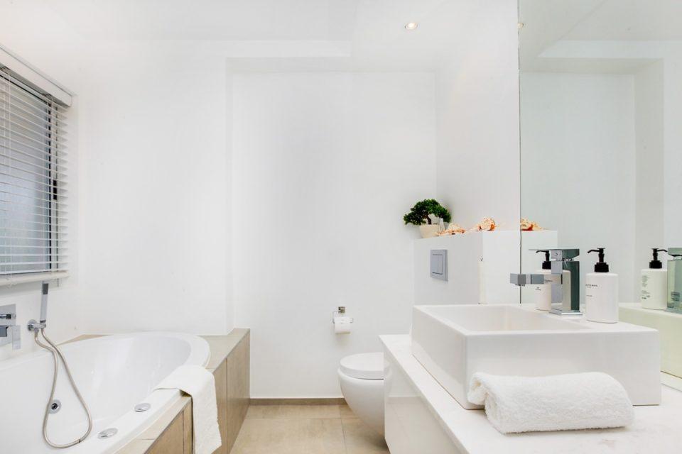 16 on Nautica - Shared bathroom