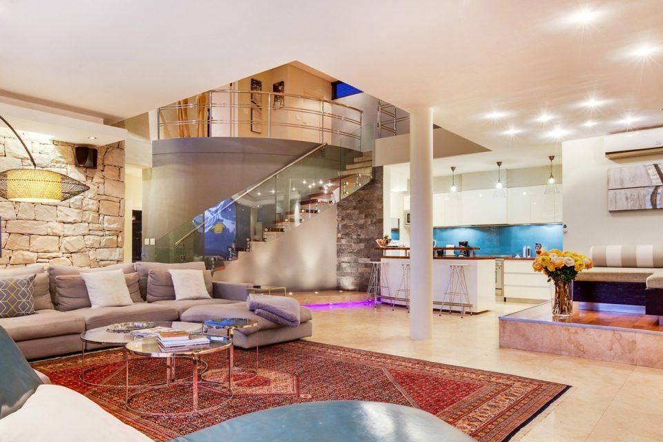 Lions' Crest - Living area