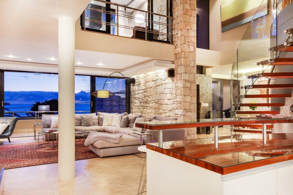 Lions' Crest - Living room & Views