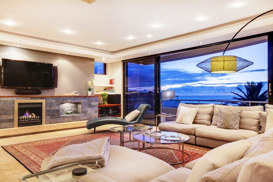 Lions' Crest - Lounge & TV