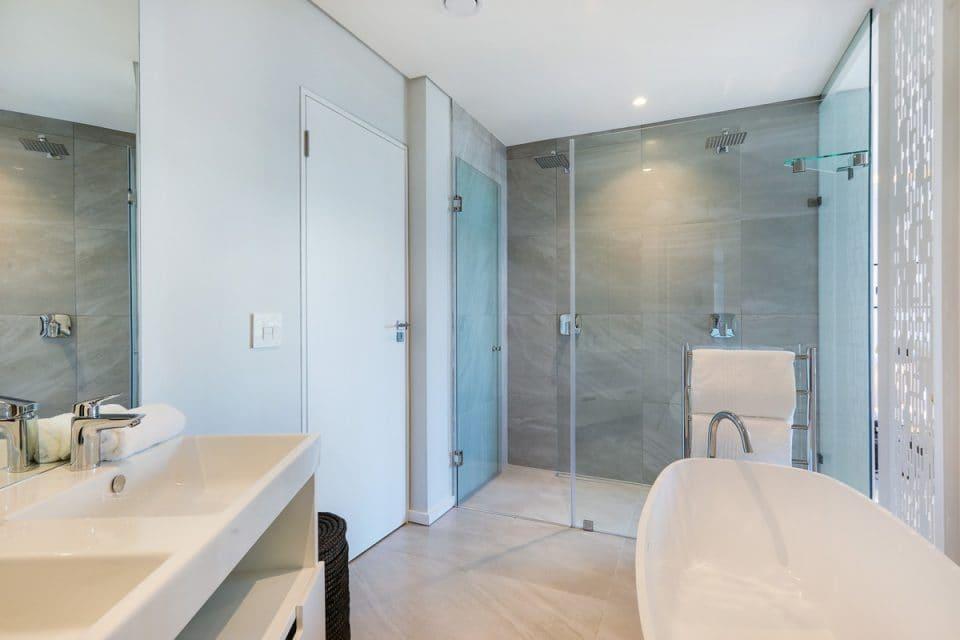 Penthouse on S - Master bathroom