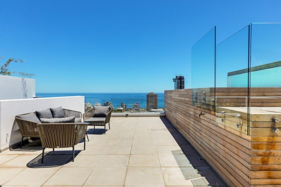 Solis 402 - Swimming pool deck and seating