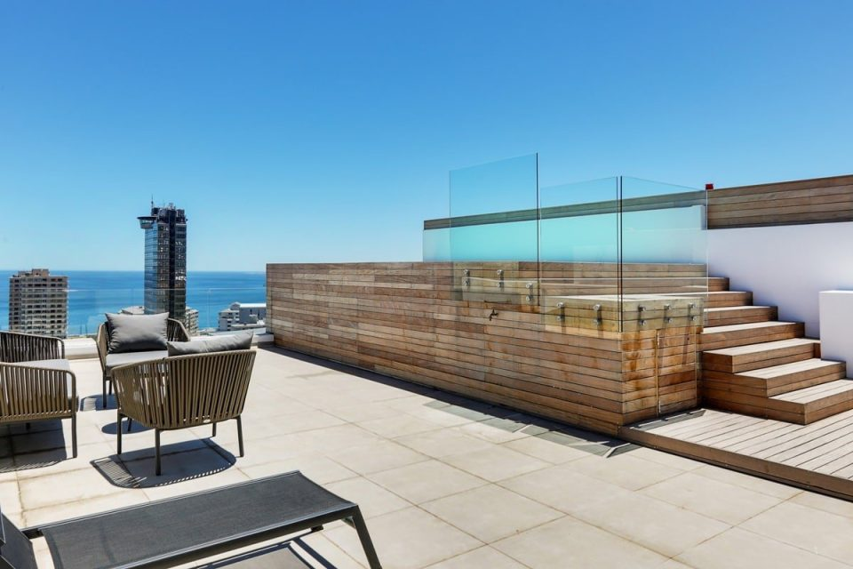 Solis 402 - Swimming pool deck and view