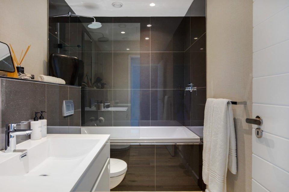 Danbury on Loop  - Dedicated bathroom