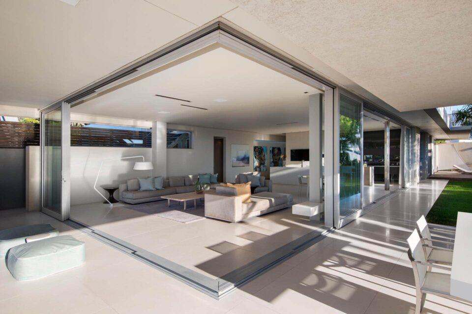 bond-house-164027744