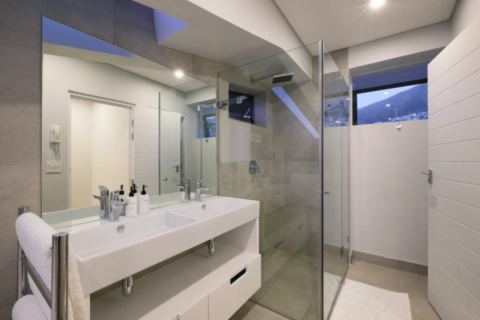 Quendon Penthouse - Second bedroom bathroom