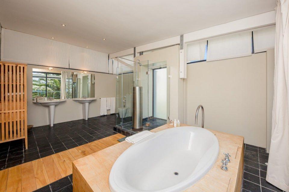 Seventy Eight - Shared bathroom with bath
