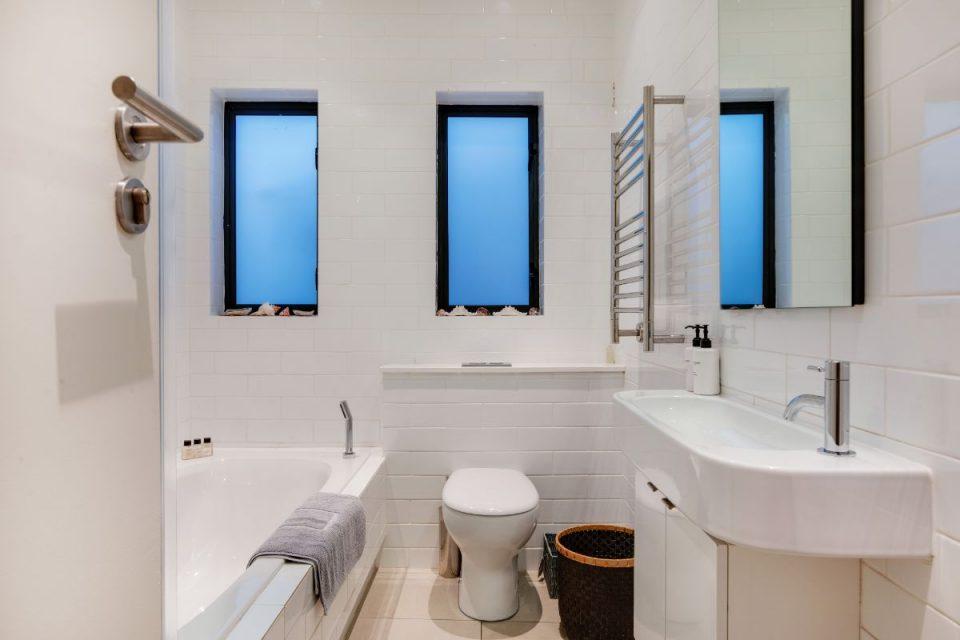 Eames Villa - Guest Bathroom