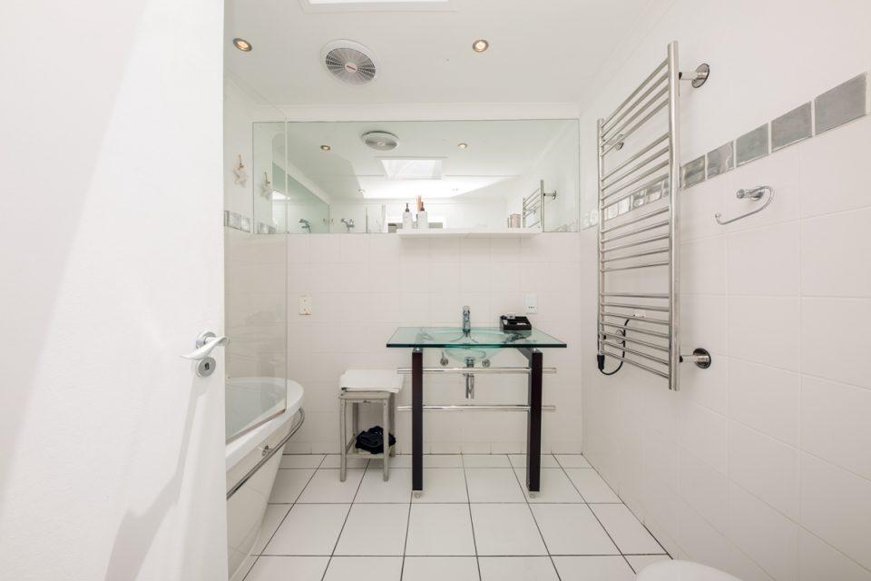 Indigo Bay - The Bay - Shared bathroom