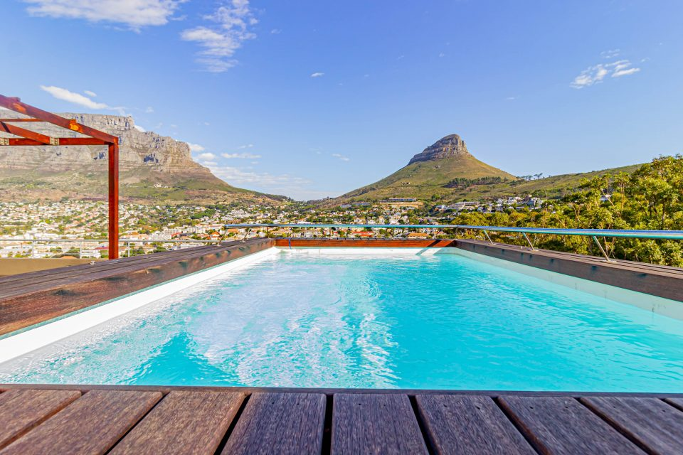 40 on L - Swimming pool with views