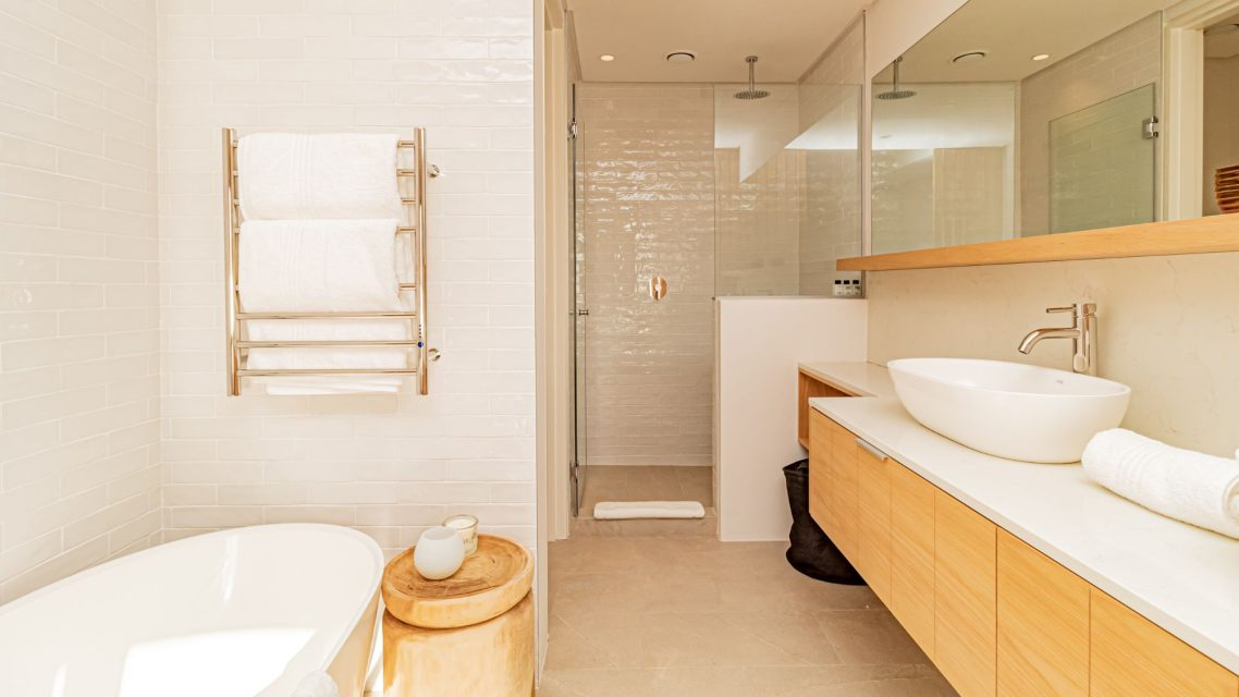 Alpha Sunsets - Master bedroom en suite bathroom