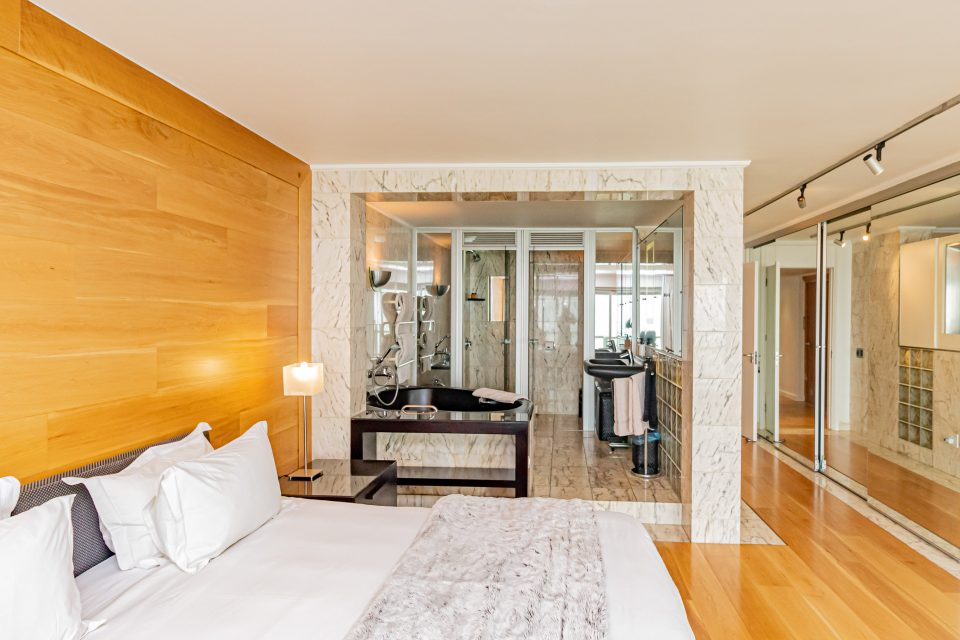 Clifton Rocks - Main bedroom with en-suite