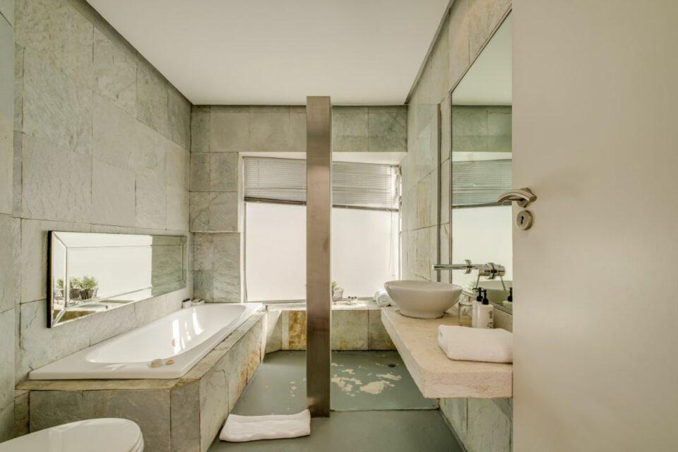 Silvertree - Cottage Main Bedroom en-suite