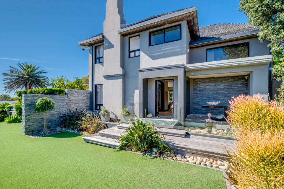 Bayon House - Front garden